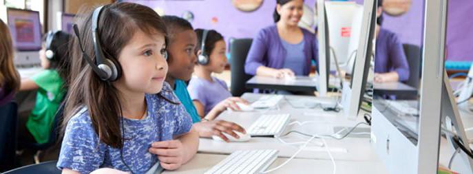 Niños jugando en el ordenador
