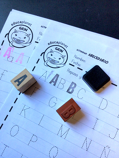 Ficha imprimible Infantil Primaria repasar y estampar el abecedario
